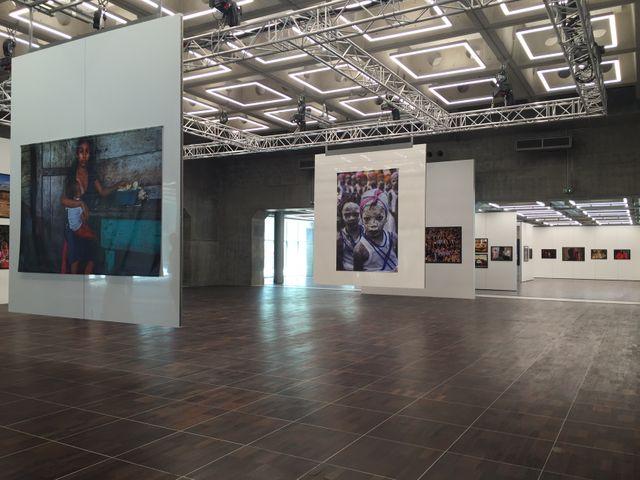Les espaces intérieurs accueillent une exposition de photojournalisme