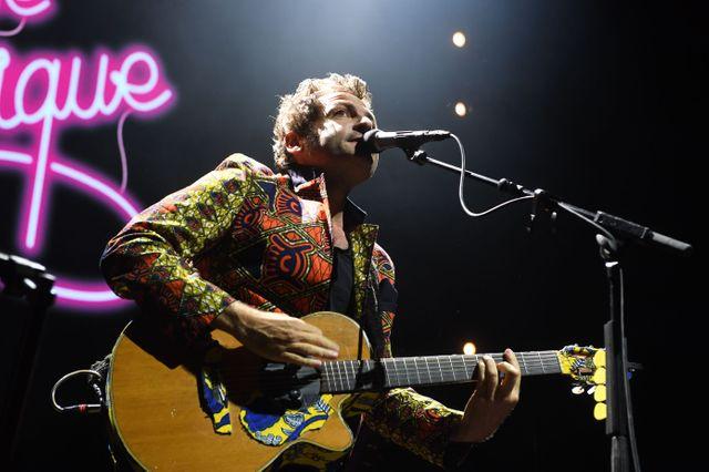 """M interprête avec son groupe de musiciens son dernier album, """"Lamomali"""", sur la scène de l'Olympia le 21 juin 2017"""