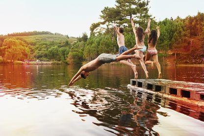 Jeunes plongeant dans un lac
