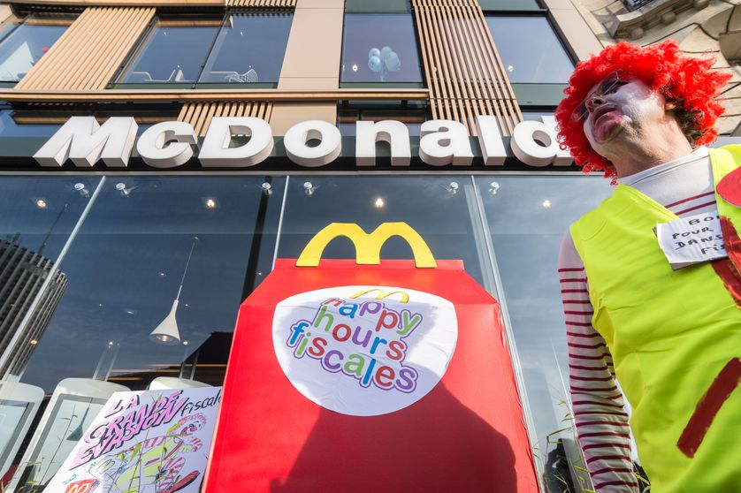 Action de blocage devant un Mac Donald's de Paris 16ème en avril 2017 par ATTAC et la CGT pour dénoncer l'optimisation fiscale pratiquée par la chaine de restauration américaine