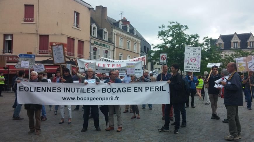 Près de 200 personnes réunies à Argenton-sur-Creuse pour montrer leur opposition aux différents projets d'éoliennes.
