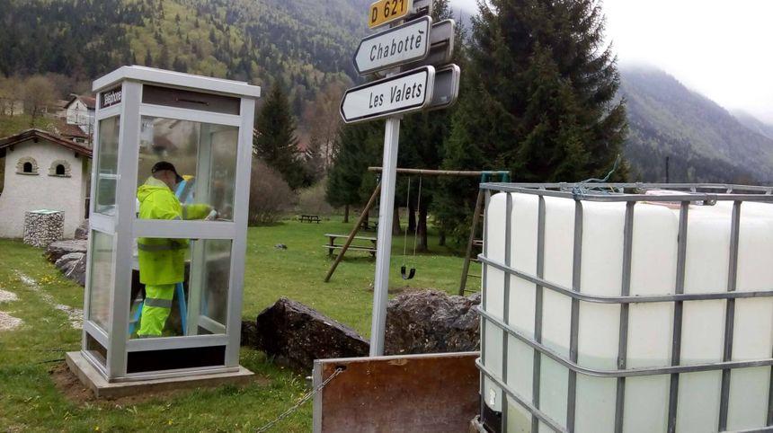 """Les services de la commune de Saint-Agnan-en-Vercors ont déplacé la cabine téléphonique pour qu'elle devienne une """"cabine aux livres""""."""
