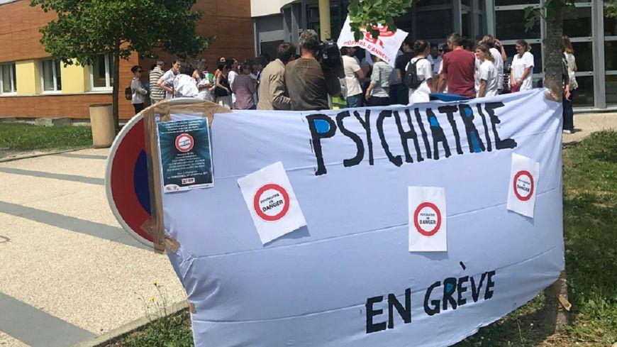 """Une partie du personnel des unités psychiatrie du Change (hôpital d'Annecy) s'est rassemblée ce jeudi pour dénoncer """"un manque de moyen et une détérioration des conditions de traval""""."""