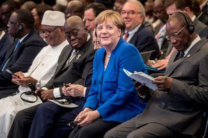 Au centre la chancelière d'Allemagne Angela Merkel, à sa droite le président du Mali Ibrahim Boubacar Keita et à sa gauche le président de l'Union africaine et de la Guinée Alpha Condé