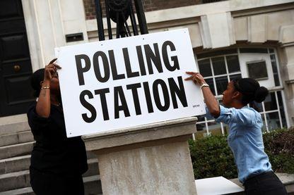 Installation d'un bureau de vote à Londres le 8 mai 2017