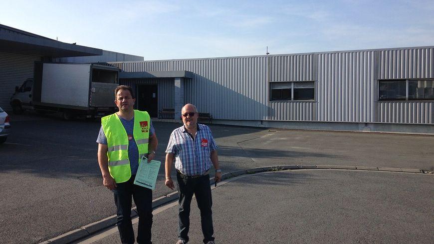 Pascal Faure (à gauche), le secrétaire de l'union local de CGT Périgueux, tractait à Boulazac.