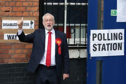 Le leader britannique du Parti travailliste, Jeremy Corbyn, arrive à un bureau de vote pour voter dans le nord de Londres le 8 juin 2017