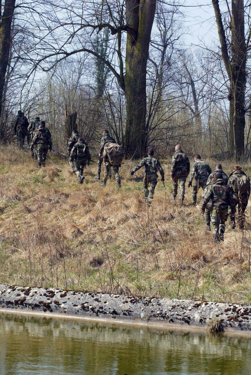 Fouilles autour de Guermantes par les militaires d'un régiment d'infanterie de Marine