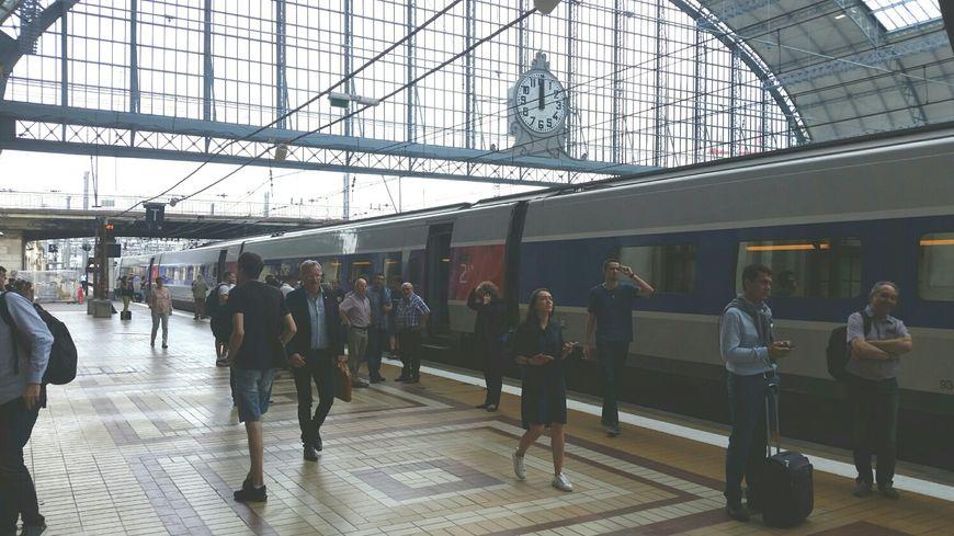 Des passagers vers Paris patientent en gare St Jean , à Bordeaux