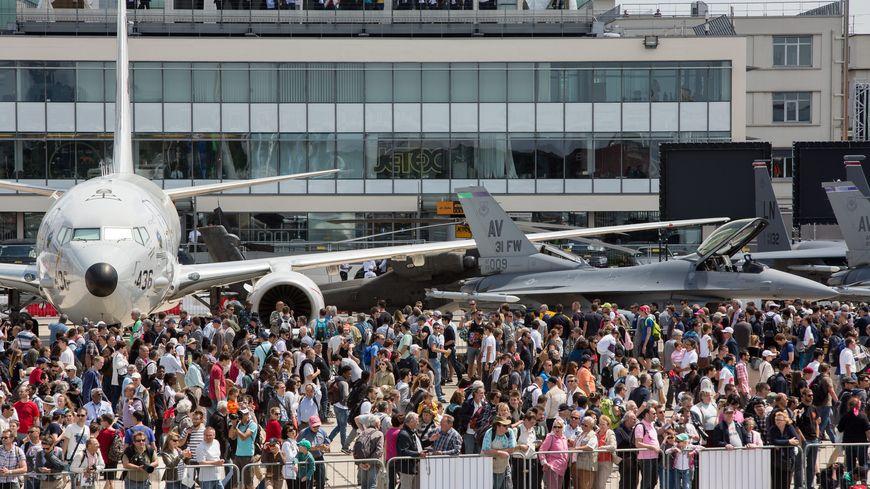 Le Bourget attire 2400 exposants et 350 000 spectateurs.