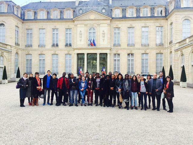 Toute la classe dans la cour de l'Elysée, avec les professeures et les journalistes.