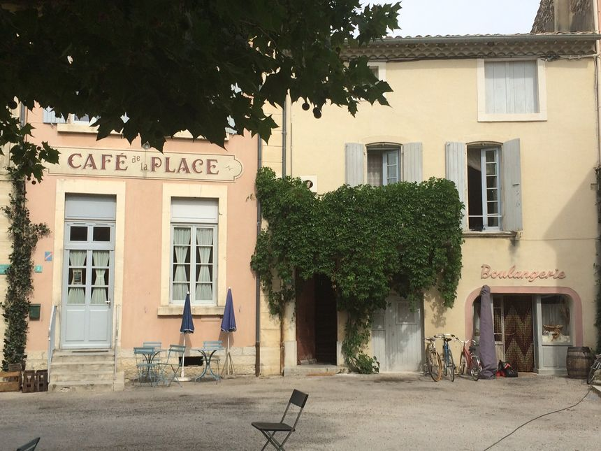 De vrais-faux commerces ont été créés dans les garages et maisons d'habitants, sur la place du château.
