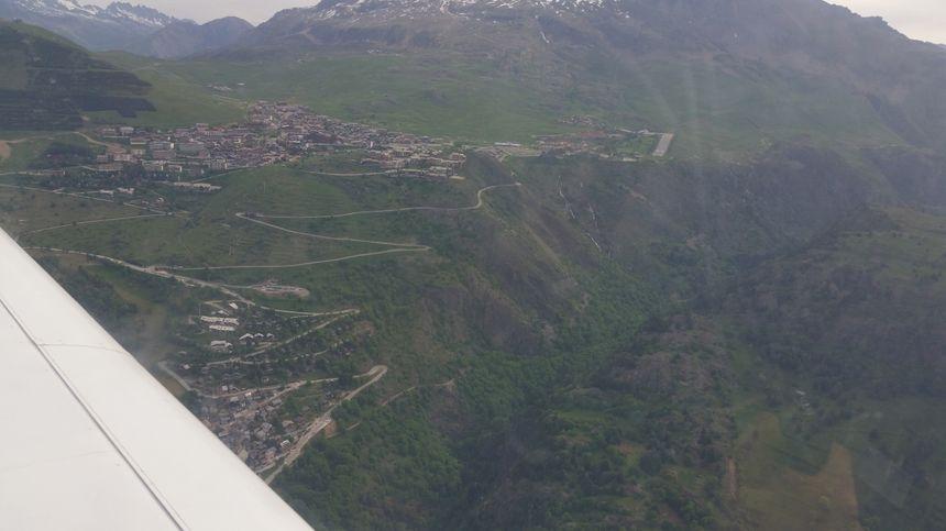 L'alpe d'Huez et la piste d'atterrissage de l'altiport Henri Giraud