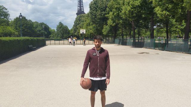 Charles, serveur dans un bar du XXe arrondissement, fan de basket.