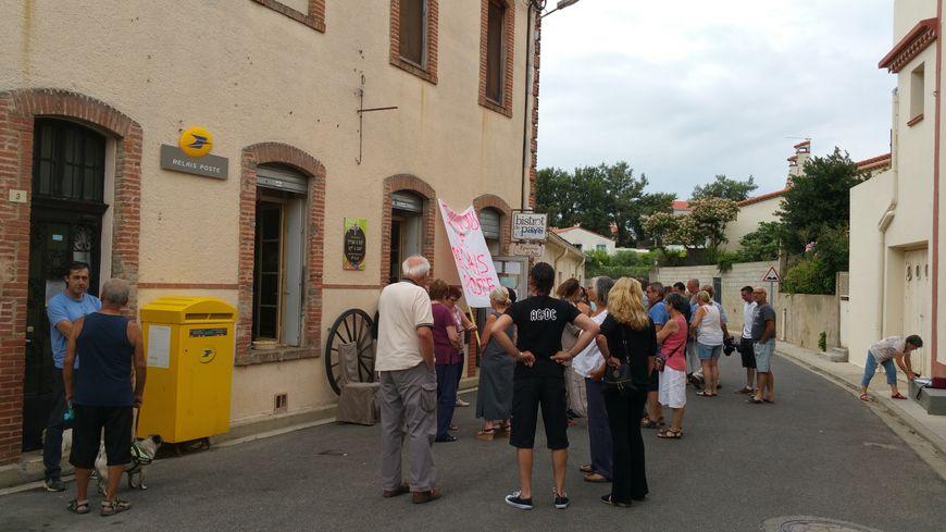 Une trentaine de Passanencs rassemblés, ce dimanche matin, devant leur relais postal de la commune.