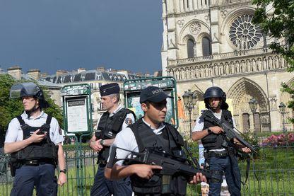 Des policiers français sur le site d'une attaque près de l'entrée de la cathédrale Notre-Dame à Paris le 6 juin 2017.