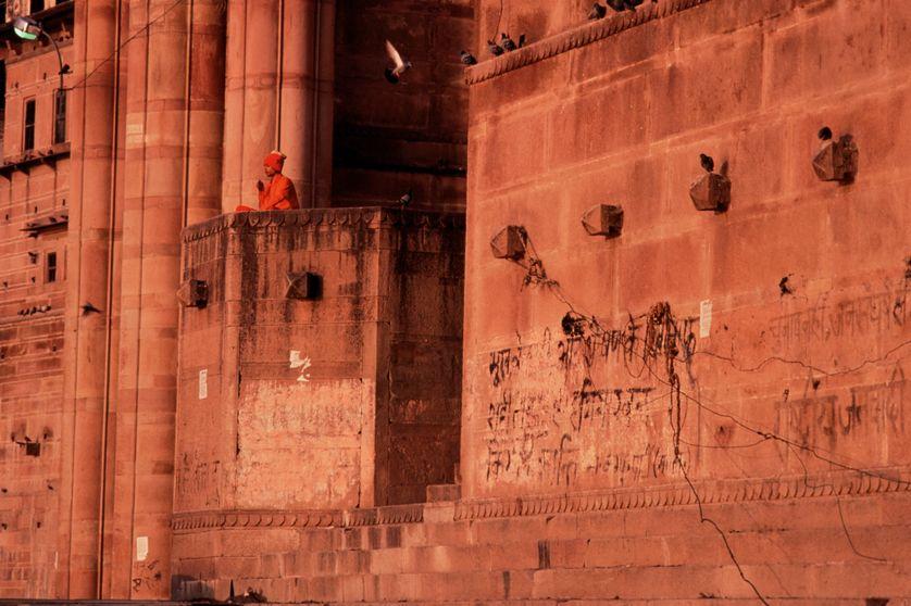 Un samnyāsin méditant en regardant le Ganges à Benares