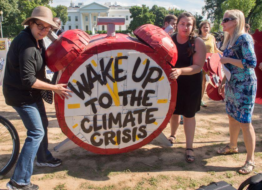 Des manifestants devant la Maison blanche, à Washington, jeudi 1er juin 2017