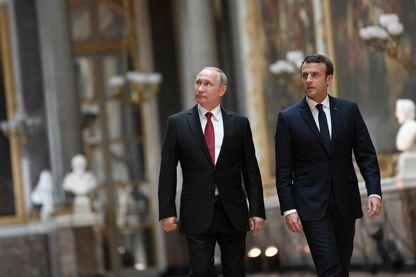 Le président de la République, Emmanuel Macron avec le président russe Vladimir Poutine à la Galerie des Batailles dans le Château de Versailles le 29 mai 2017.