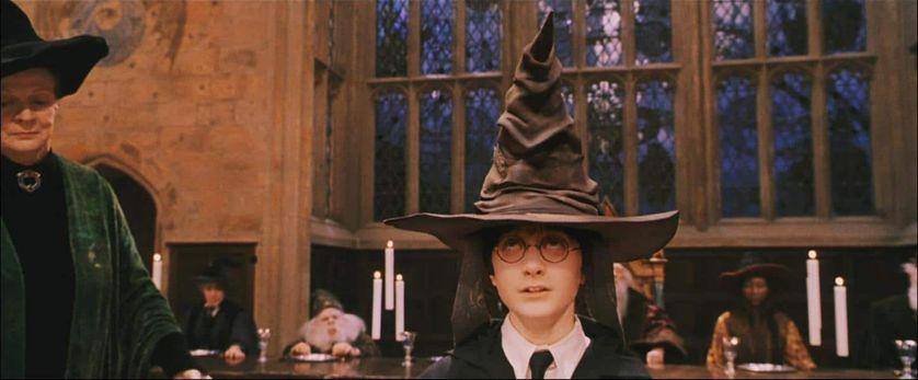 """Harry Potter, surmonté du fameux """"choixpeau magique"""" chargé de choisir la maison dans laquelle il se rendra à Poudlard."""
