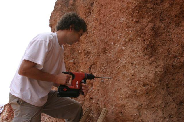 Le docteur Daniel Richter à Jebel Irhoud foreune trou pour mesurer avec les dosimètres la radioactivité des sédiments pendant toute une année.