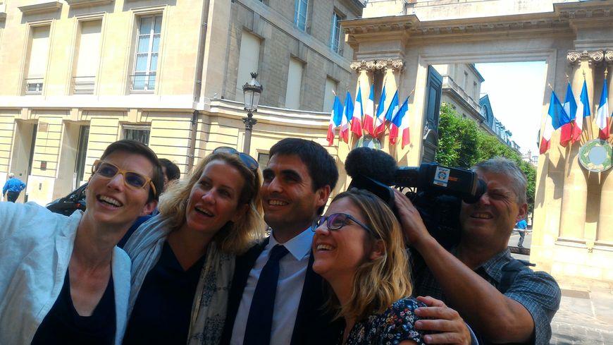 Selfie des camarades d'En Marche devant l'Assemblée... comme des touristes !