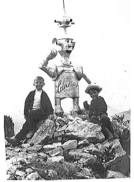 La première statue Lunérus dans les années 70 avec des enfants qui posent pour la photo