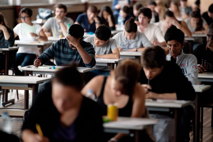 Des élèves de terminale commencent l'épreuve de philosophie du baccalauréat 2011.