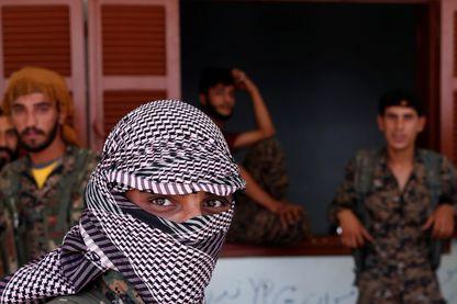 A Raqqa, combattants kurdes de l'UPP (Unité de protection du peuple) en lutte contre les djihadistes encore présents dans certains quartiers de la ville