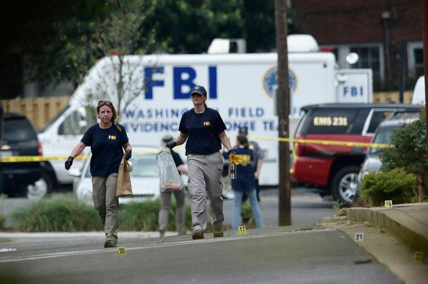 Des agents du FBI sur les lieux de la fusillade, le terrain de baseball du Eugene Simpson Statium Park, à Alexandria (Virginie), le 14 juin 2017.
