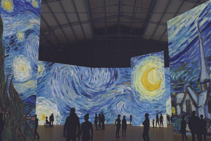 """""""La Nuit étoilée"""" de Van Gogh projetée à la Grande halle de La Villette durant l'exposition """"Imagine Van Gogh"""""""