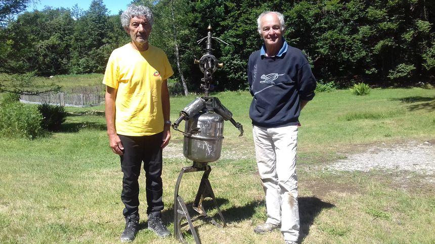Jean-Paul Bettega conseiller municipal aux Déserts, qui a eu l'idée de faire revenir cette statue et Serge Ravier l'artiste qui l'a conçue