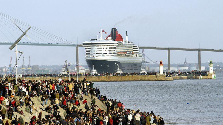 Le Queen Mary 2 à Saint-Nazaire en décembre 2003