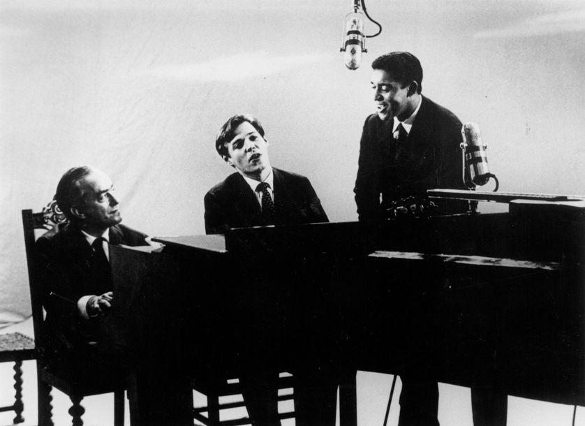 Tom Jobim (au centre) entouré du poète Vinícius de Moraes (g) et de Agostinho dos Santos (d). Photo prise à Rio de Janeiro dans les années 60