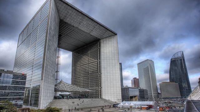 un cube dans l'axe historique de Paris