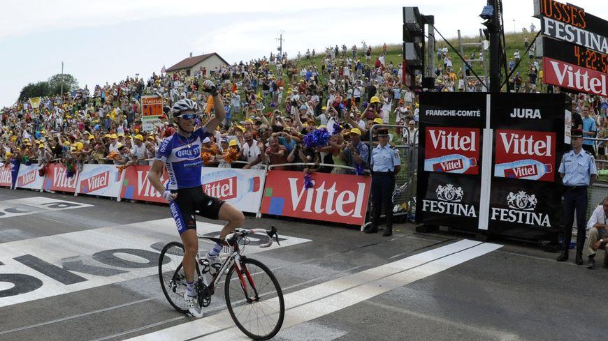 Le coureur français Sylvain Chavanel franchit la ligne d'arrivée en tête, aux Rousses, le 10 juillet 2010, lors de la 7e étape du Tour de France.