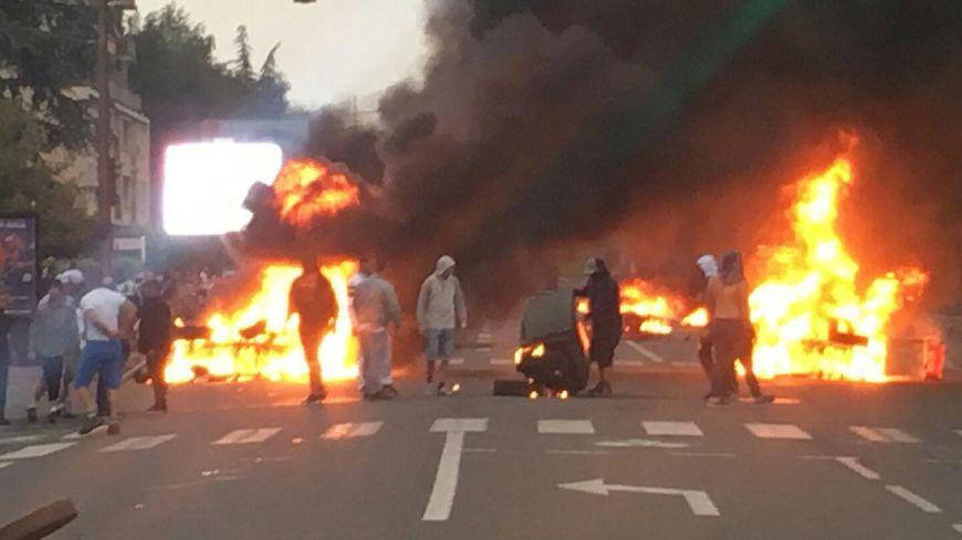 Les manifestants ont mis le feu à des pneus, du garage Peugeot tout proche.