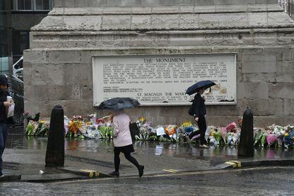 """Hommages floraux devant """"The Monument"""" à Londres le 6 juin 2017, suite à l'attentat du 3 juin"""