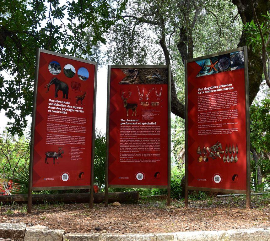 Les visiteurs suivent un itinéraire sur lequel se trouve plusieurs panneaux.