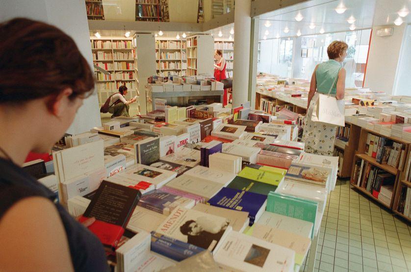 Des clientes regardent des livres, le 18 juin 2002 à l'intérieur de la librairie La Hune à Paris.