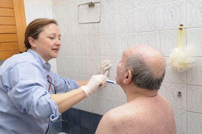 Malades, handicapés... comment gère-t-on le fait de ne plus pouvoir se laver tout seul ?