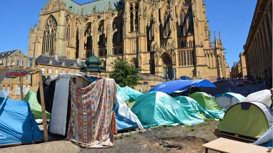 Le montage photo met en scène des tentes de demandeurs d'asile au pied de la cathédrale de Metz
