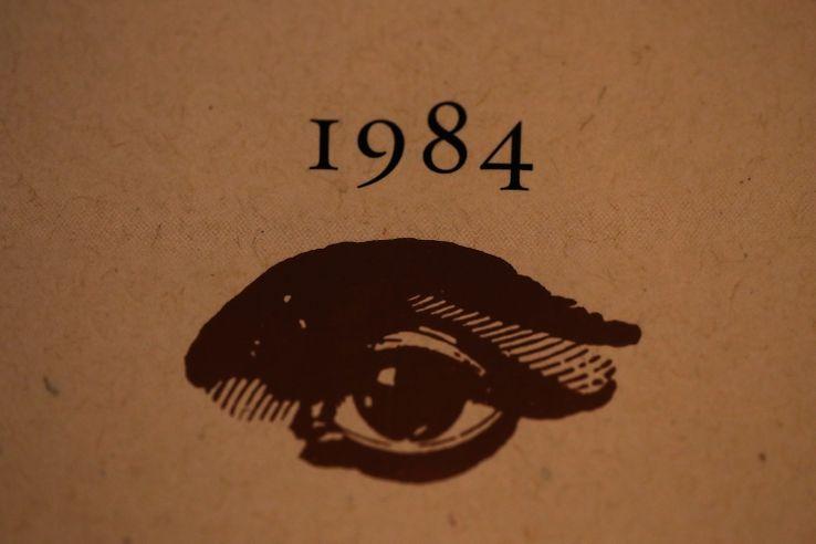 """Détail de la couverture du roman """"1984"""" de George Orwell republié chez Penguin en 2017."""