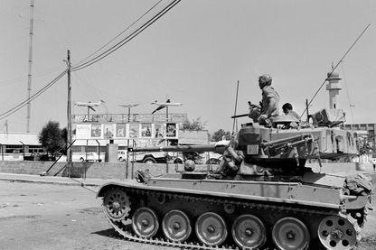 Un tank israélien patrouille près d'une mosquée à Jérusalem-Est pendant la guerre de six jours en juin 1967