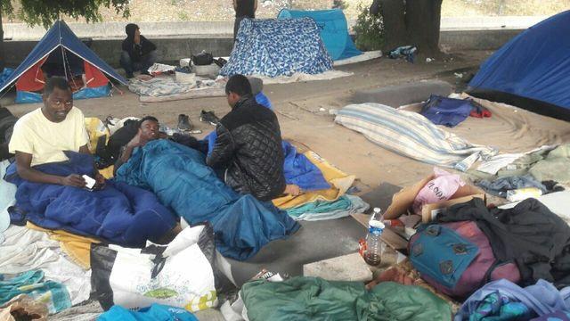 Les migrants s'entassent dehors Porte de la Chapelle à Paris