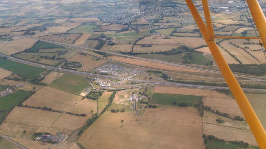 L'A81, aire de repos de Bonchamp, et la LGV, juste au-dessus