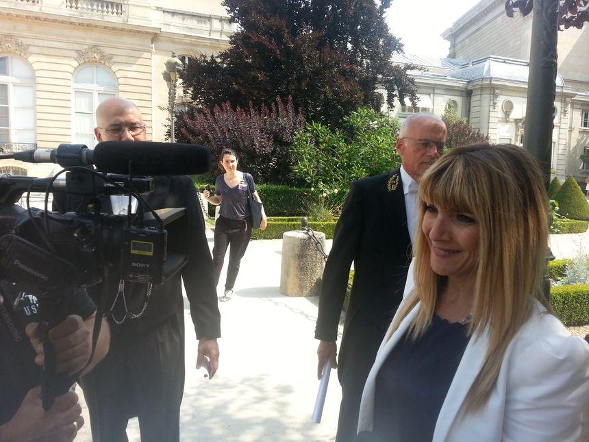 Patricia Mirallès en interview dans les jardins de l'Assemblée.