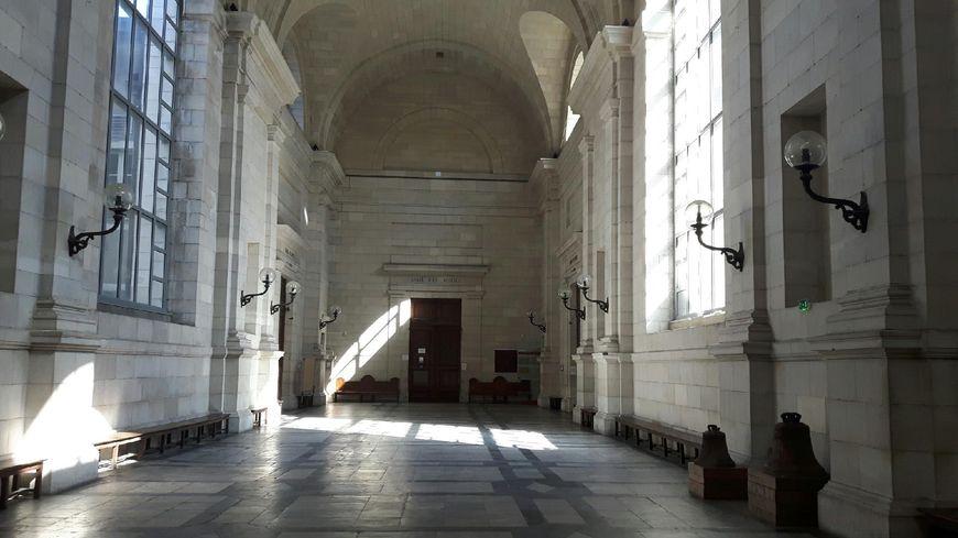 La salle des pas perdus du palais de justice de Pau