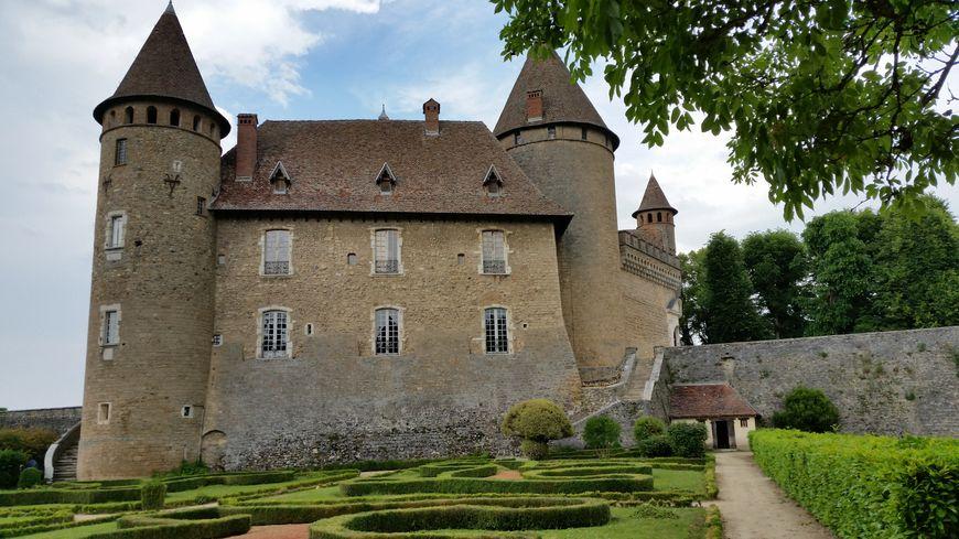 Le château de Virieu, vu depuis les jardins