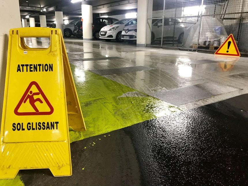 """Depuis sa rénovation, le revêtement du niveau -2 du parking Bonlieu à Annecy c'est """"une patinoire"""" expique un motard."""